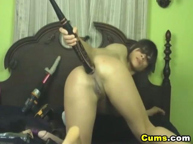 Asian girl stopt dildo in kont en kut