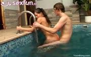 Rijkelui sletje word geneukt in sauna en zwembad thuis