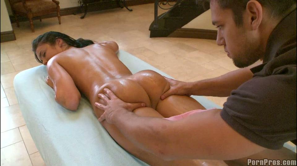 Haar geile lijf krijgt een sensuele massage