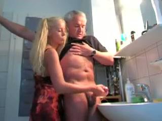 Lekkere handjob voor opa