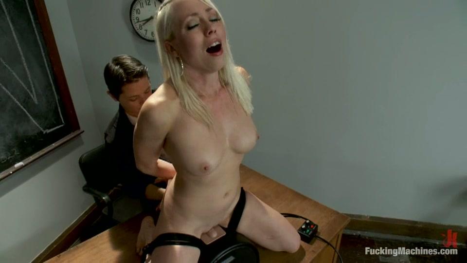 Blondje smeekt om te mogen klaarkomen op de sexmachine