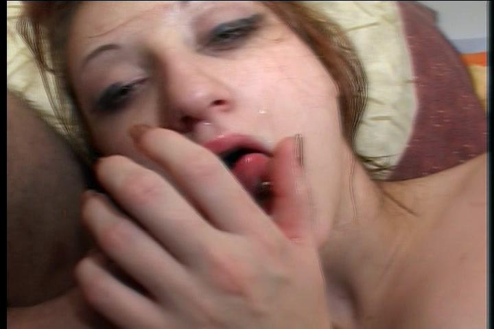 Ze wacht met haar mond open tot hij haar vol sperma spuit