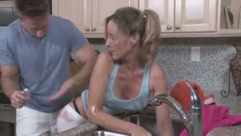 Moeder wordt geneukt door haar zoon terwijl ze vast zit
