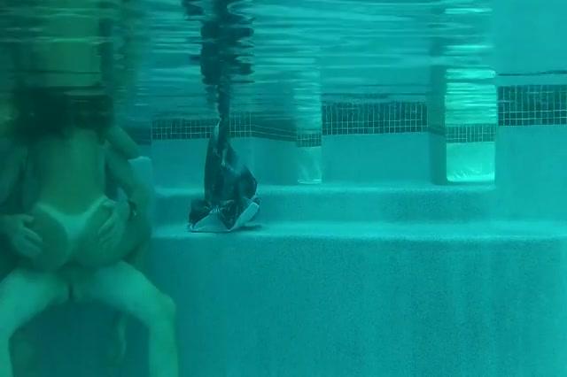 Het meiske laat zich onder water berijden door de mature neef