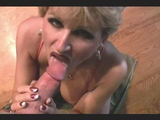 oudere amateur wijf staat met open vagina op zijn snikkel te wachten