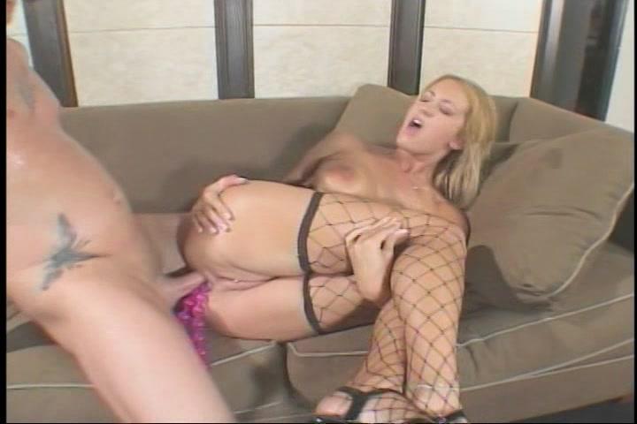 Tussen de seks sekstoys die in haar sterretje zitten naait hij haar anal