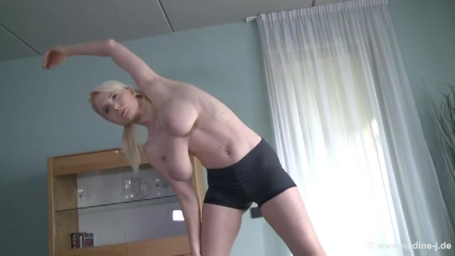 Geile milf doet ochtend gym en laat haar grote tieten bungelen