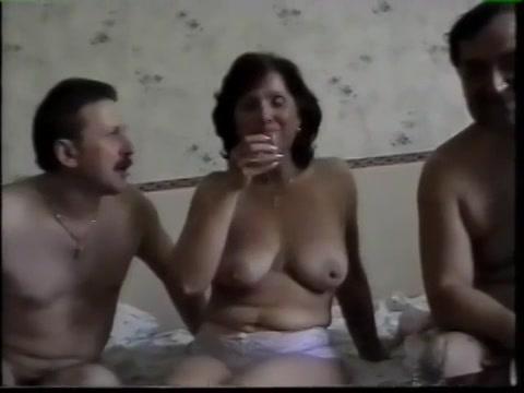 Ze voeren haar dronken neuken haar en laten haar pijpen