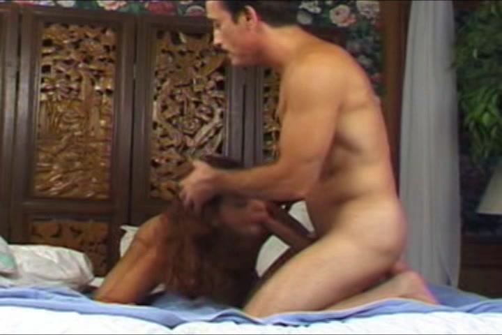 Na het pijpen en neuken trekt ze de oudere man met twee handen af