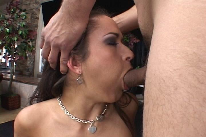 Haar mond maar ook haar tieten neukt hij