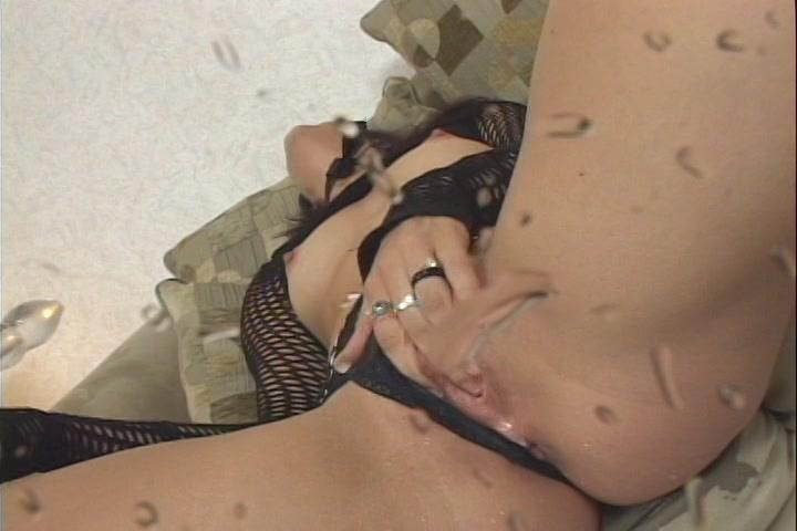 Liggend in wulps sexy lingerie en met latex laarzen aan krijgt ze een spuitend orgasme