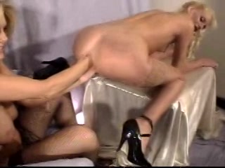 Langzaam propt ze twee vuisten in de aarsopening van haar lesbos vriendin