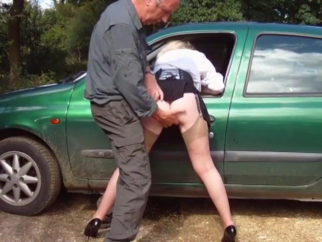 Op een parkeer plaats vingert de rijpe kompaan de slet en komt op haar zitvlak klaar