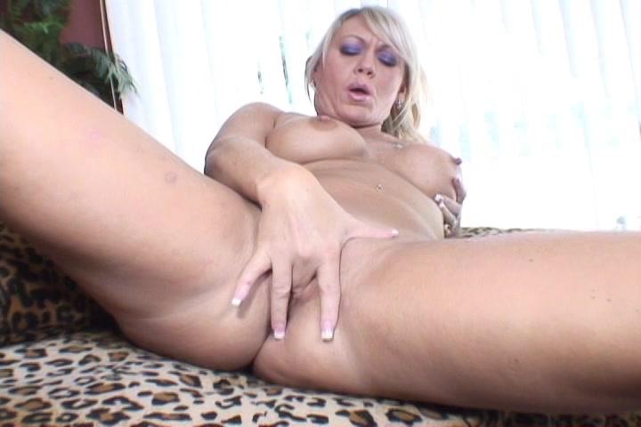 Haar kutje vingerend ontvangst deze hete huisvrouw een orgasme