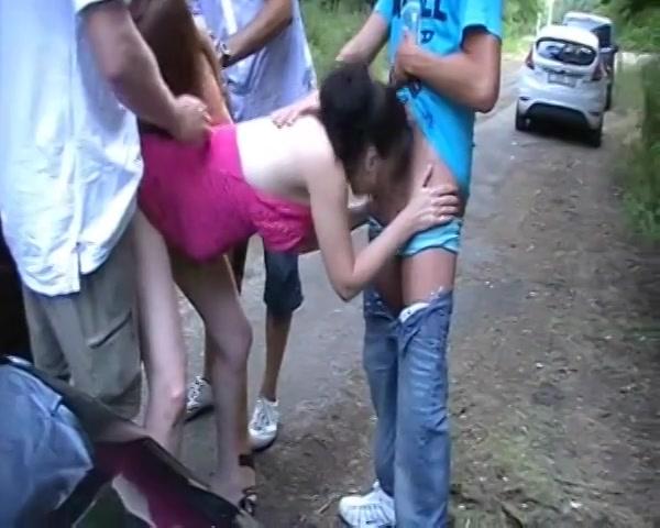 twee meisjes blazen en worden aangeduwd op een parkeerplaats