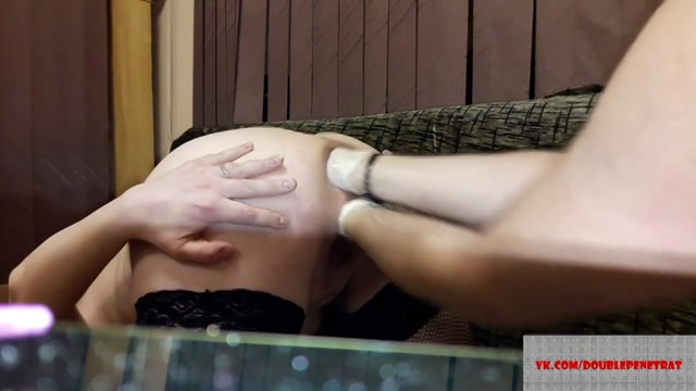 Zijn vrouw schreeuwt het uit als hij haar een dubbel penetratie met zijn vuisten geeft