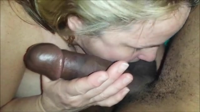Kijk hoe de witte dikke vrouw de dikke neger lul pijpt en gefilmd word