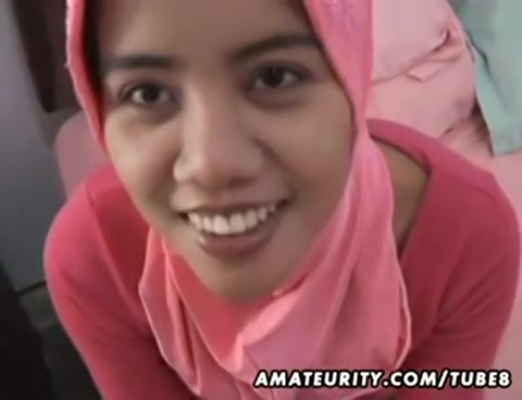 Deze moslima pijpt de getrouwde man en laat zich door hem neuken