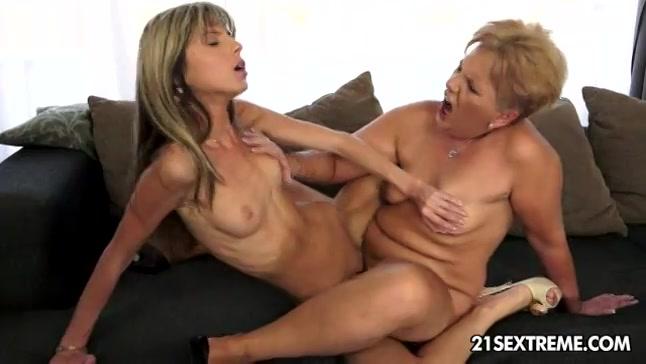 Het lesbische meisje en de oudere lesbische dame beffen en scharen elkaar