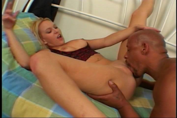 Na het pijpen beffen en neuken krijgt ze sperma in haar mond