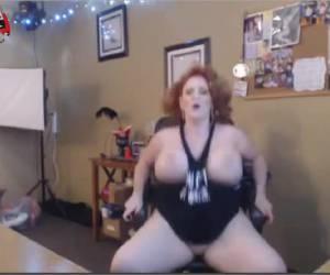 Roodharige milf mastubeerd voor de webcam