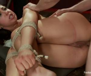De geile huisvrouw pijpt en word geneukt door de grote neger lul