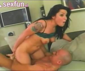 Na haar mond te hebben geneukt neukt hij haar kut en anus