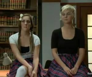 Het geile stel kijkt toe hoe twee bisex meiden elkaar mastuberen