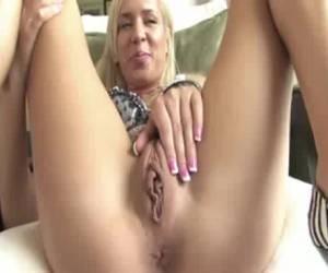 Aantrekkelijk blondje showt haar heerlijk kale pruim