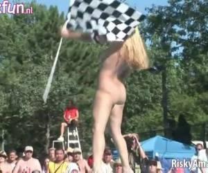 Sexy paaldanseres danst en springt in de paal