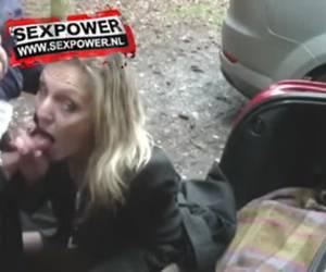 Blonde snol laat haar kut vingeren op parkeerplaats