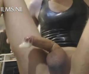 Jonge jongen tovert zijn anus tulp tevoorschijn