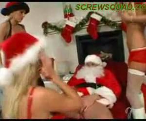 Drie geile meisjes krijgen kado van de kerstman
