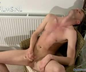Gluursex, jezelf aftrekken bij een rukkende gay
