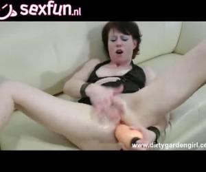 Ze trekt haar kut en anus open tot het binnenste naar buiten komt