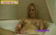 Blonde huisvrouw masturbeert in bad