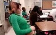 Schoolsletje kan gewoon niet van haar kutje afblijven